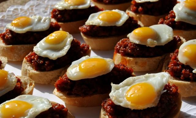 Barqueta d'ous de guàtlera i sobrassada amb mel i romaní.
