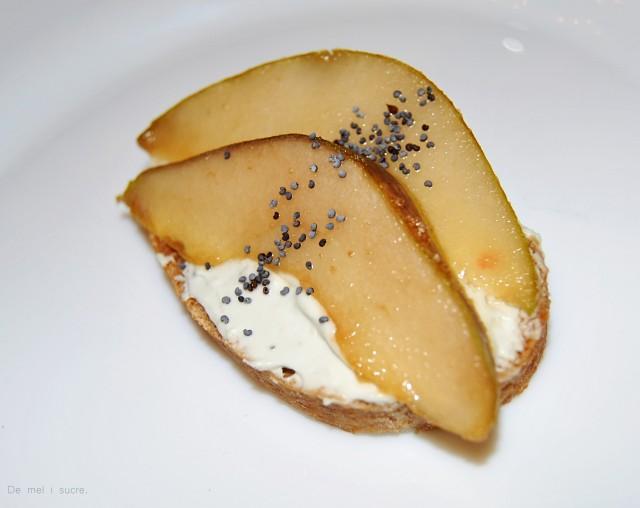 Barqueta de peres flamejades i crema de formatge blau.