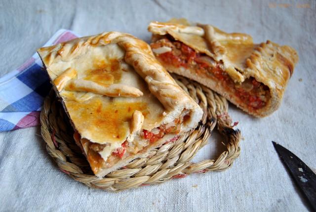 Empanada de tonyina i pebres vermells.